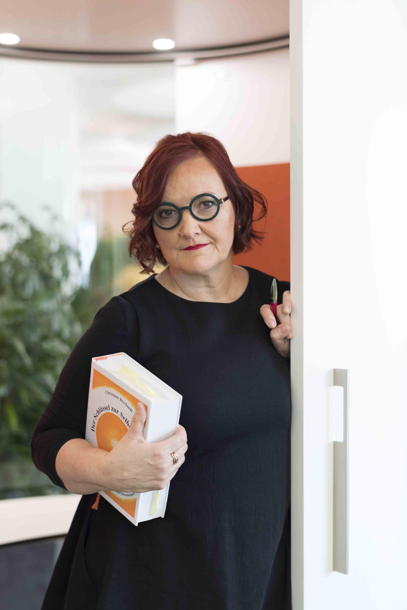 Verena Anna Wigger mit Buch im Türrahmen